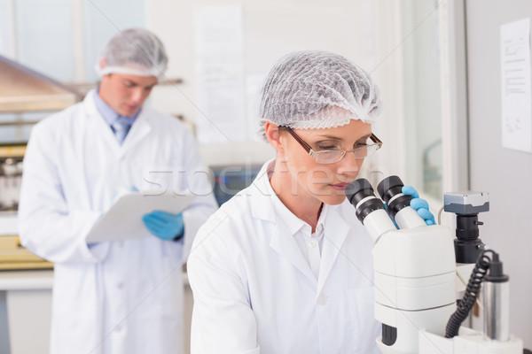 Naukowiec pracy mikroskopem laboratorium kobieta medycznych Zdjęcia stock © wavebreak_media