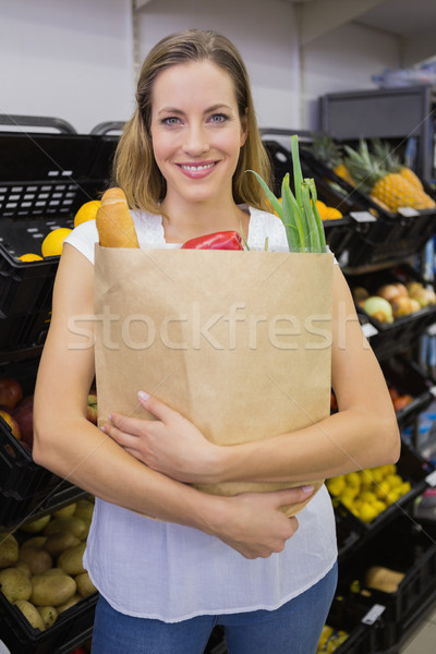 Bastante comestibles bolsa supermercado mujer Foto stock © wavebreak_media