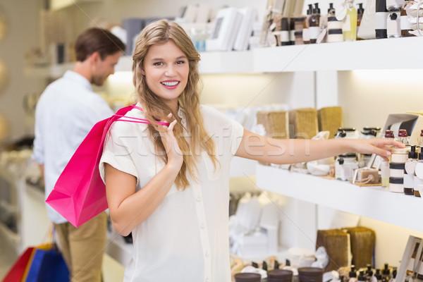 Csinos szőke nő néz szépség termék bevásárlóközpont Stock fotó © wavebreak_media
