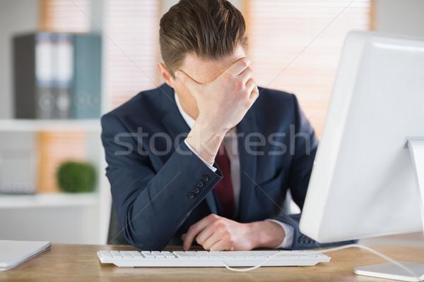 Preocupado empresário trabalhando secretária escritório computador Foto stock © wavebreak_media