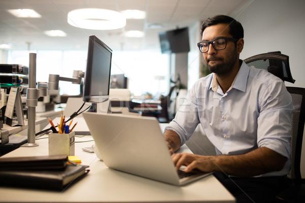 Koncentrált üzletember dolgozik laptop iroda ül Stock fotó © wavebreak_media