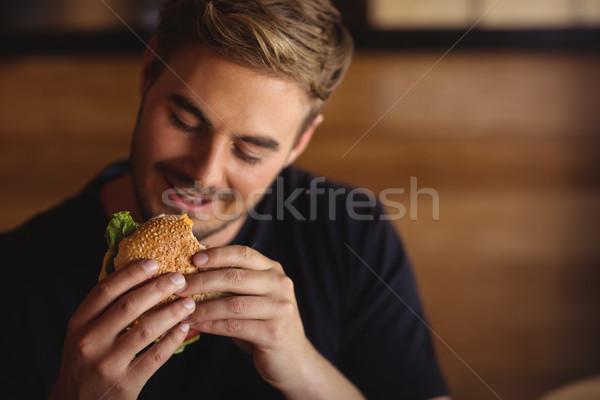 Felice uomo mangiare burger ristorante hotel Foto d'archivio © wavebreak_media