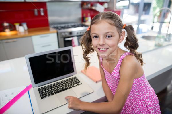 Portré lány laptopot használ konyha otthon boldog Stock fotó © wavebreak_media