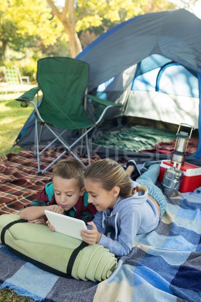 Irmãos usando laptop fora tenda menina Foto stock © wavebreak_media