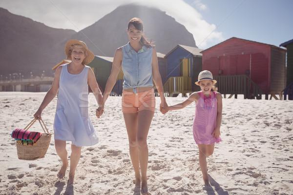 Portré család sétál tengerpart napos idő nő Stock fotó © wavebreak_media