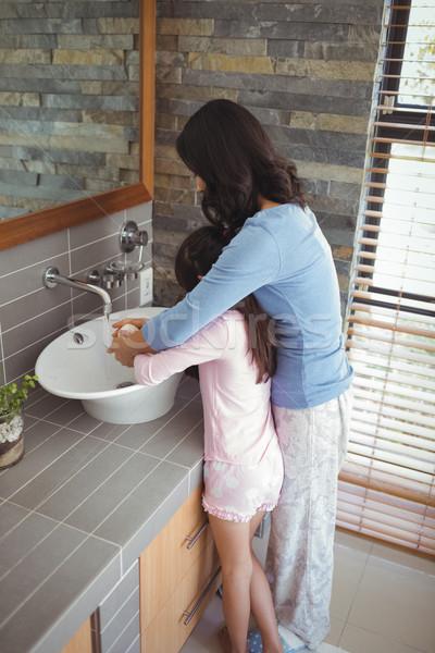 Anya lánygyermek mosás kezek fürdőszoba mosdókagyló Stock fotó © wavebreak_media