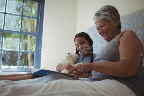 бабушки внучка смотрят вместе кровать Сток-фото © wavebreak_media