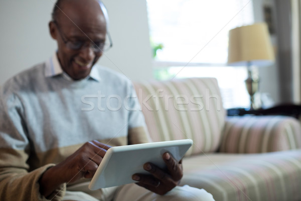 Sorridente senior homem comprimido sessão sofá Foto stock © wavebreak_media