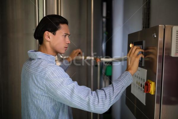 Müdür makinalar depo restoran teknoloji bar Stok fotoğraf © wavebreak_media