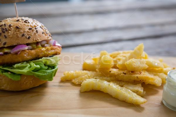 Közelkép hamburger sültkrumpli mártás vágódeszka fa Stock fotó © wavebreak_media
