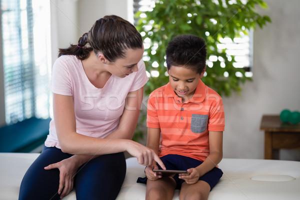 мальчика глядя женщины терапевт указывая цифровой Сток-фото © wavebreak_media