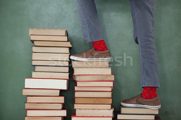 Scolaro climbing passi libri lavagna Foto d'archivio © wavebreak_media
