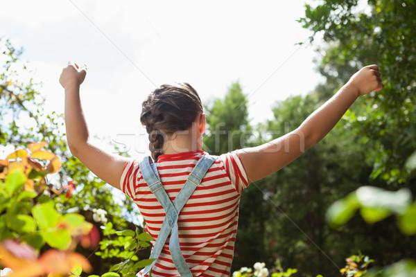 Hátsó nézet lány áll karok a magasban növények égbolt Stock fotó © wavebreak_media
