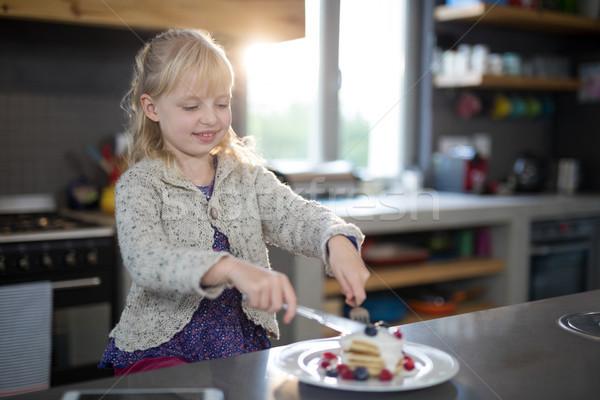 Meisje vruchten pannenkoek vork mes Stockfoto © wavebreak_media