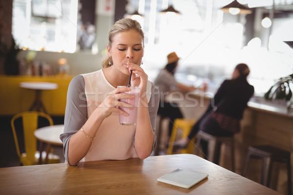 Jonge mooie vrouw drinken coffeeshop vergadering tabel Stockfoto © wavebreak_media