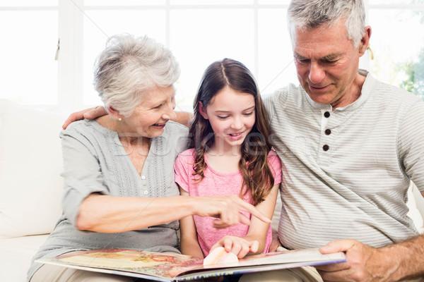 Boldog nagyszülők leányunoka olvas könyv kanapé Stock fotó © wavebreak_media