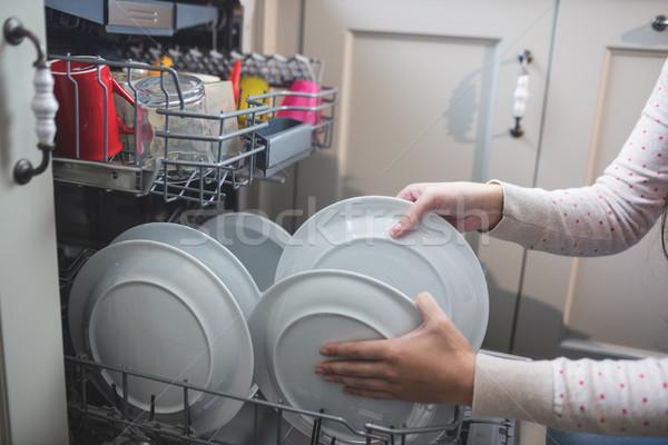 Vrouw platen schotel wasmachine keuken hand Stockfoto © wavebreak_media