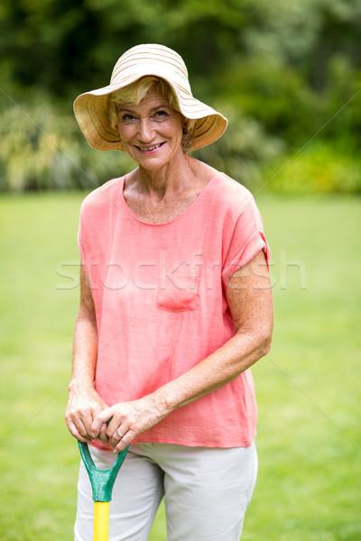 Idős nő gereblye áll mosolyog férfi Stock fotó © wavebreak_media