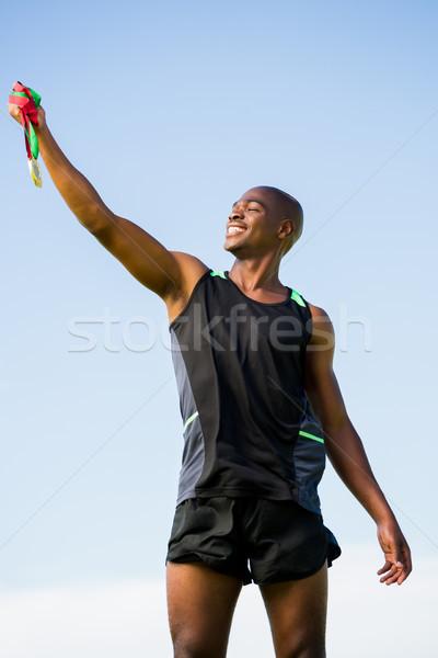 Atleet poseren gouden medaille overwinning gelukkig Stockfoto © wavebreak_media