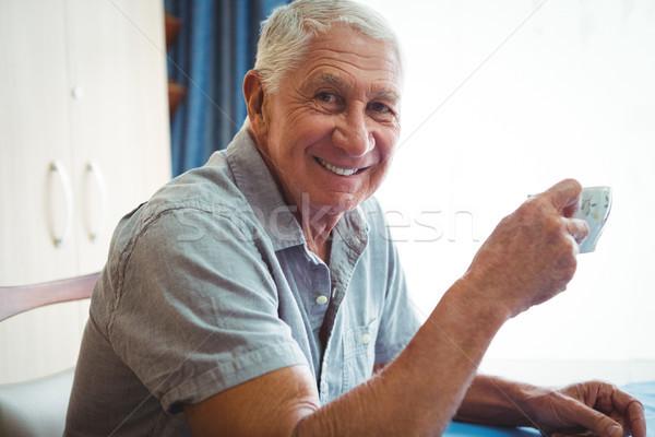 Aposentados sorridente homem copo chá Foto stock © wavebreak_media