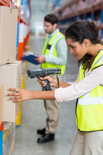 Enfoque grave trabajador de trabajo cartón cajas Foto stock © wavebreak_media