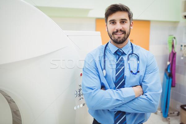 Portrait médecin permanent scanner hôpital Photo stock © wavebreak_media