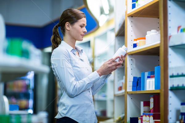 Gyógyszerész üveg drog gyógyszertár nő orvos Stock fotó © wavebreak_media