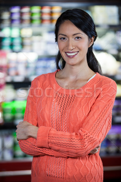 Retrato mujer pie comestibles mujer sonriente Foto stock © wavebreak_media