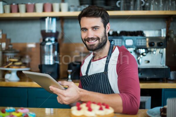笑みを浮かべて ウェイター デジタル タブレット カウンタ カフェ ストックフォト © wavebreak_media