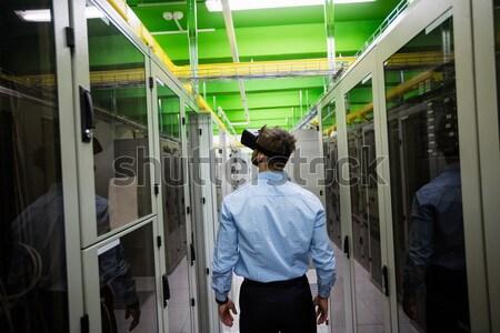 Technicien travail portable couloir serveur chambre Photo stock © wavebreak_media