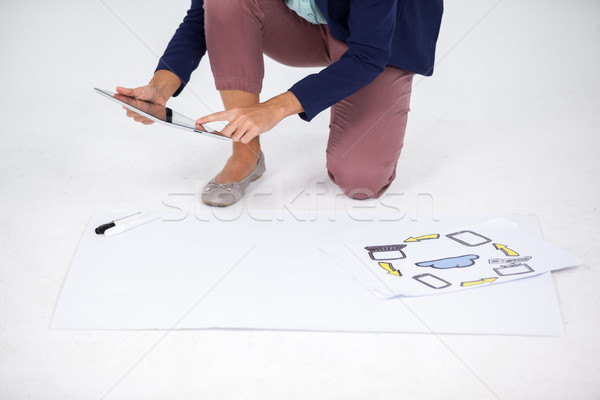 Femme d'affaires numérique comprimé blanche affaires papier Photo stock © wavebreak_media