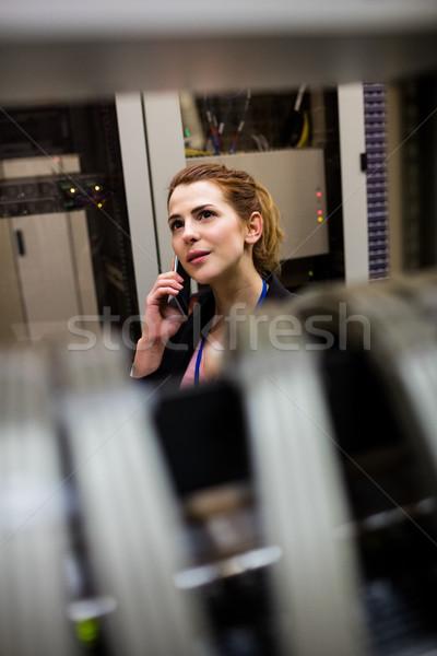 Teknisyen konuşma cep telefonu Sunucu oda çalışma Stok fotoğraf © wavebreak_media