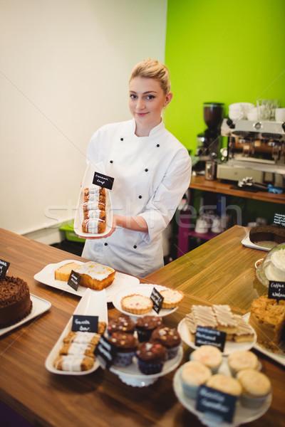 Portré munkás tart édes étel pult torta Stock fotó © wavebreak_media