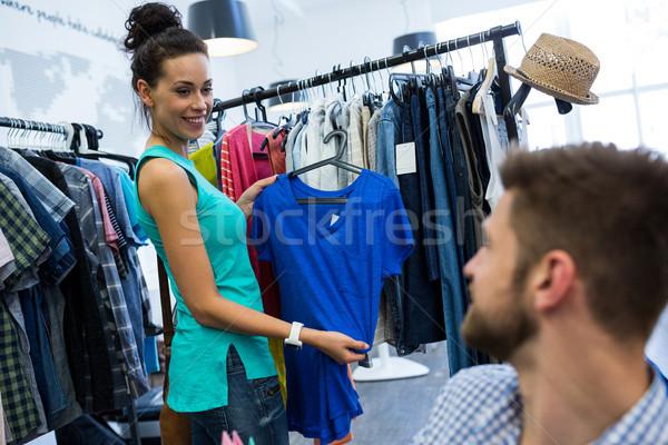 Nő mutat ruházat férfi bolt szeretet Stock fotó © wavebreak_media