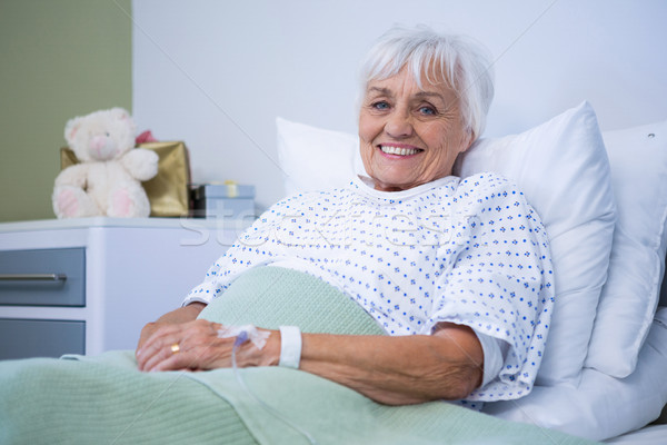 Portret glimlachend senior patiënt bed ziekenhuis Stockfoto © wavebreak_media