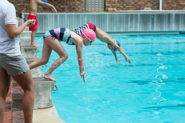 Femenino instructor tiempo ninos buceo Foto stock © wavebreak_media