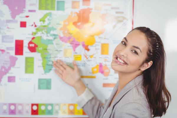 Mooie leraar tonen wereldkaart klas vrouw Stockfoto © wavebreak_media