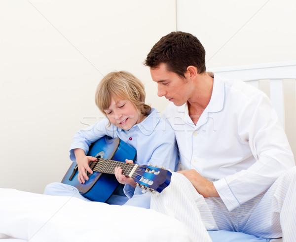 Aanbiddelijk weinig jongen spelen gitaar vader Stockfoto © wavebreak_media