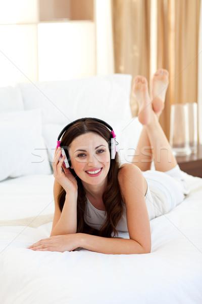 Pretty woman bed słuchania muzyki domu Zdjęcia stock © wavebreak_media
