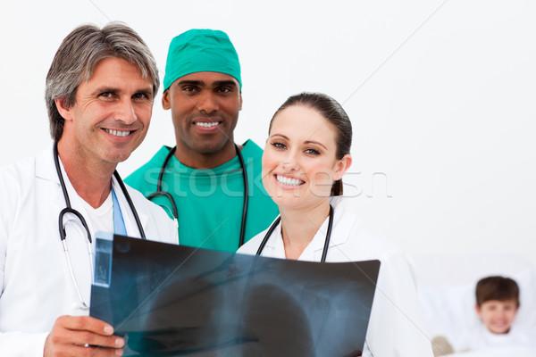 Glimlachend artsen onderzoeken Xray weinig jongen Stockfoto © wavebreak_media