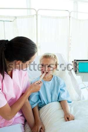 Gyermek elvesz köhögés gyógyszer kórház étel Stock fotó © wavebreak_media