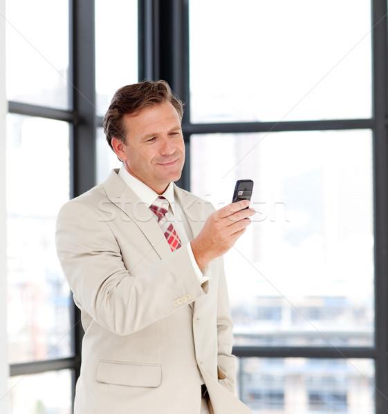 ビジネスマン 送信 メッセージ 携帯電話 肖像 成熟した ストックフォト © wavebreak_media