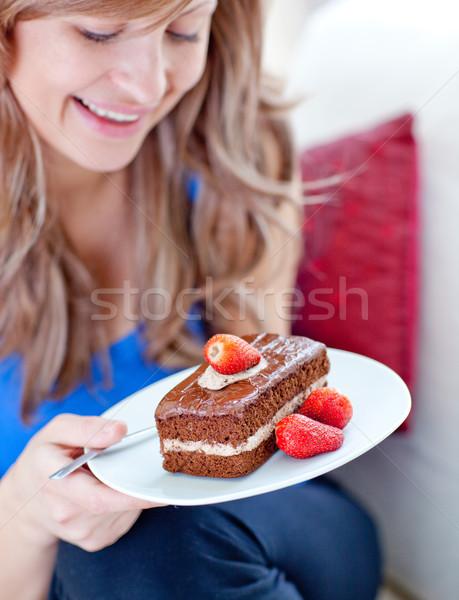 Alegre mulher peça bolo de chocolate casa Foto stock © wavebreak_media