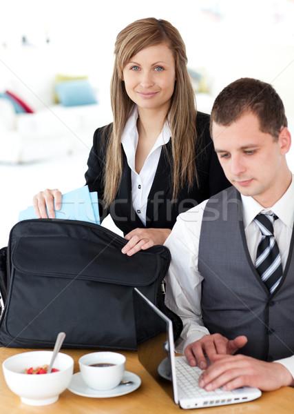 Femme d'affaires sac affaires utilisant un ordinateur portable cuisine Photo stock © wavebreak_media