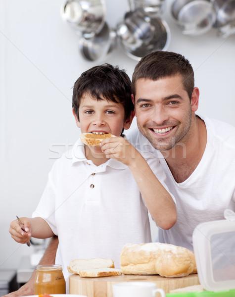 Figlio di padre mangiare toast cucina casa amore Foto d'archivio © wavebreak_media