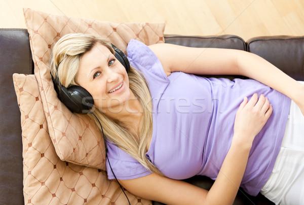 Mooie vrouw luisteren muziek woonkamer huis gelukkig Stockfoto © wavebreak_media