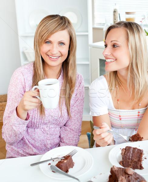 Freudige weiblichen Freunde Essen Schokoladenkuchen trinken Stock foto © wavebreak_media