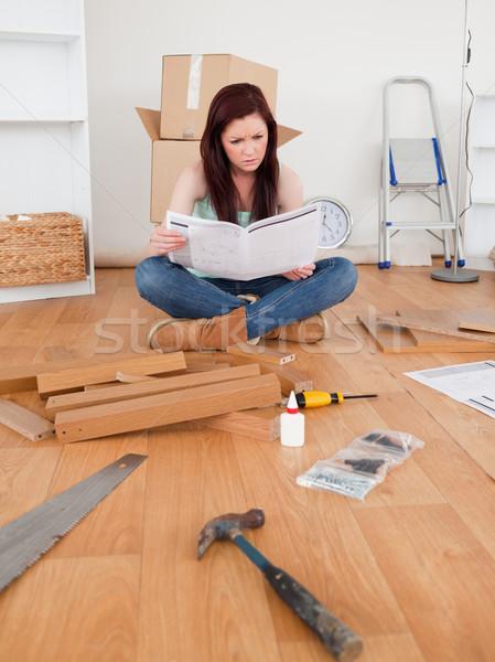 Káprázatos női olvas utasítás otthon mosoly Stock fotó © wavebreak_media
