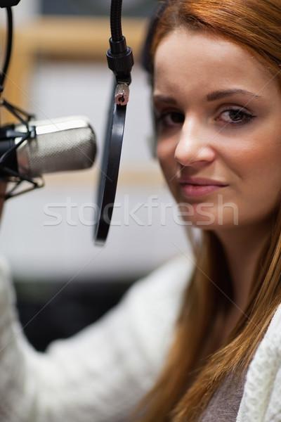 肖像 小さな ラジオ ホスト ポーズ マイク ストックフォト © wavebreak_media
