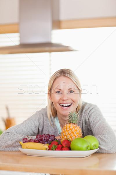 Feliz risonho mulher sessão atrás prato Foto stock © wavebreak_media